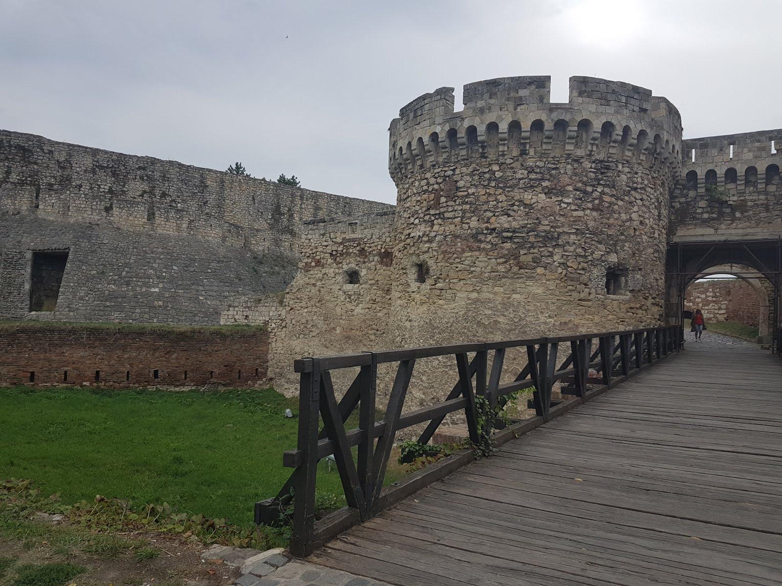 Jedna od Kalemegdanskih kapija, most i oronuli zidovi