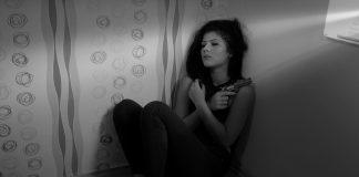 Uplašena devojka; Foto: pixabay.com