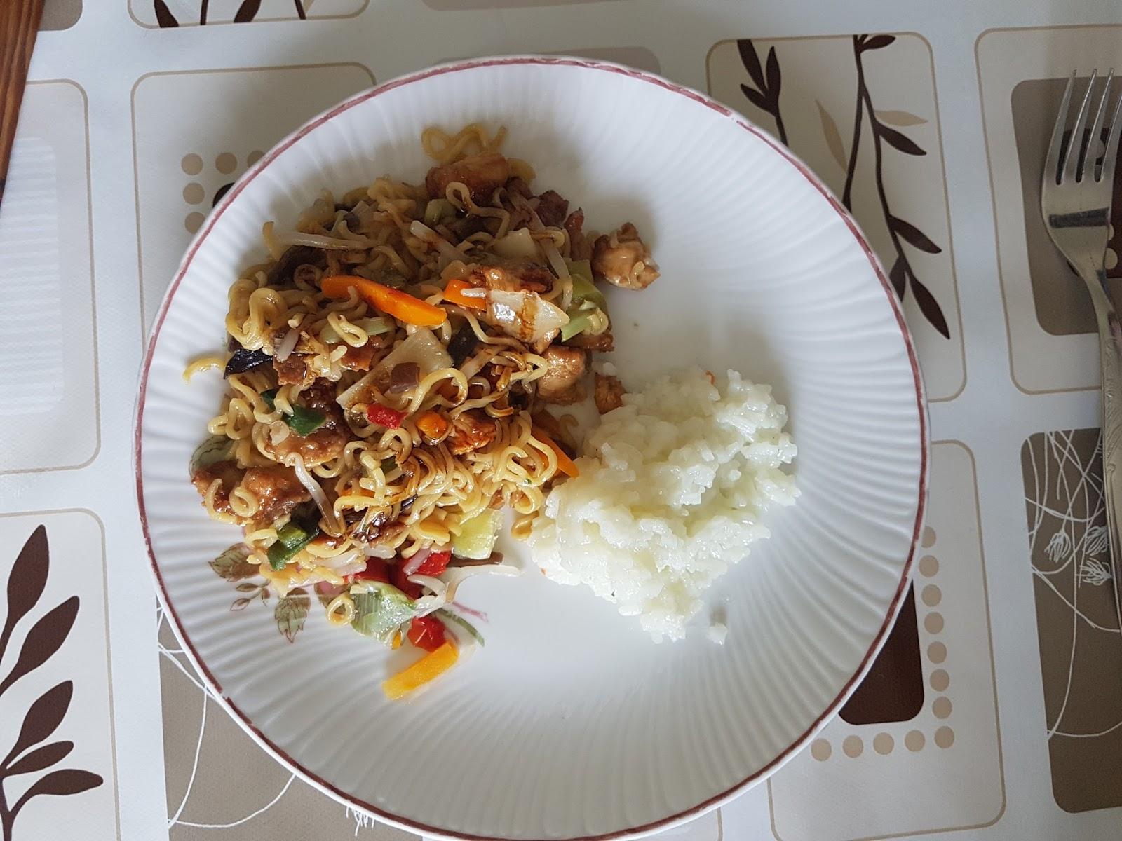 Gotova piletina i povrće s nudlama i pirinčem