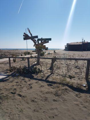 Ulcinj, Velika plaža, Putokazi u pesku