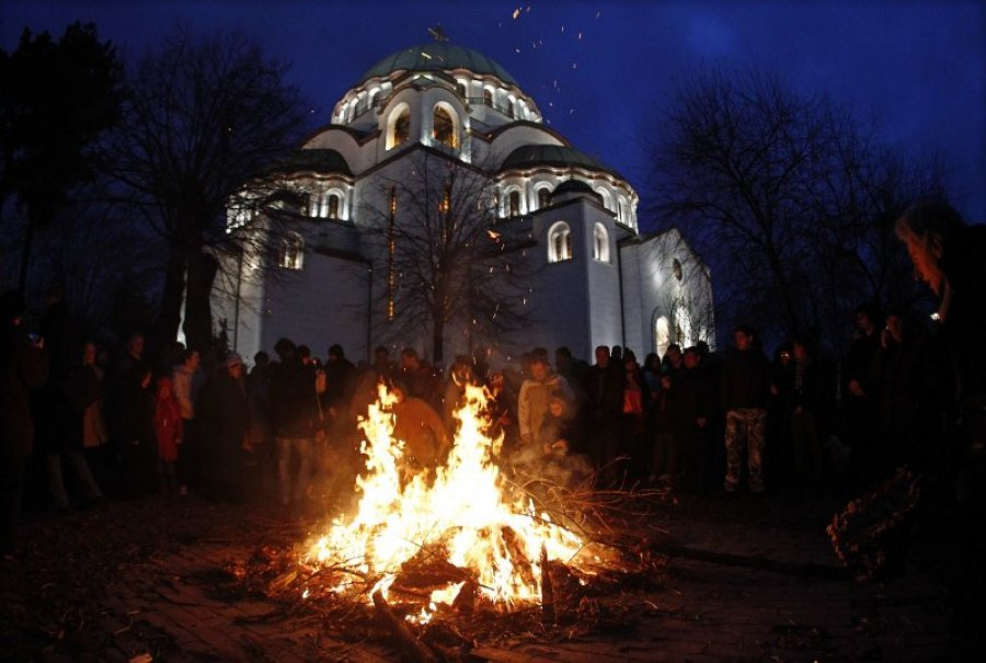 Paljenje badnjaka za Badnje veče; Foto rtvbn.com