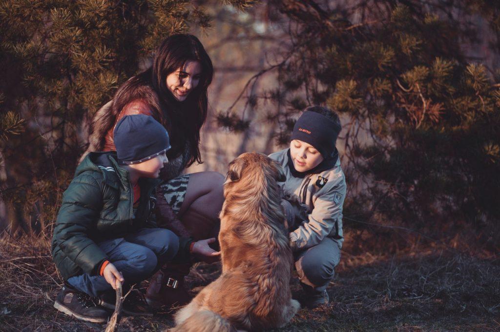 Deca i psi; Foto Oleksandr Pidvalnyi pexels.com
