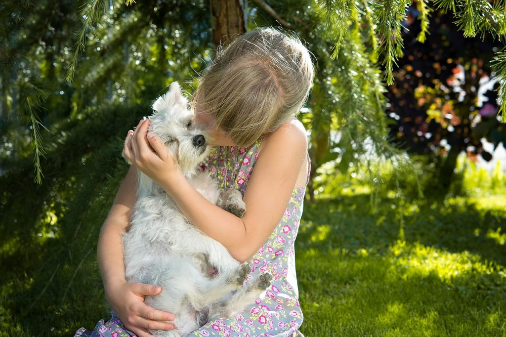 Deca i psi; Foto Pezibear pixabay.com