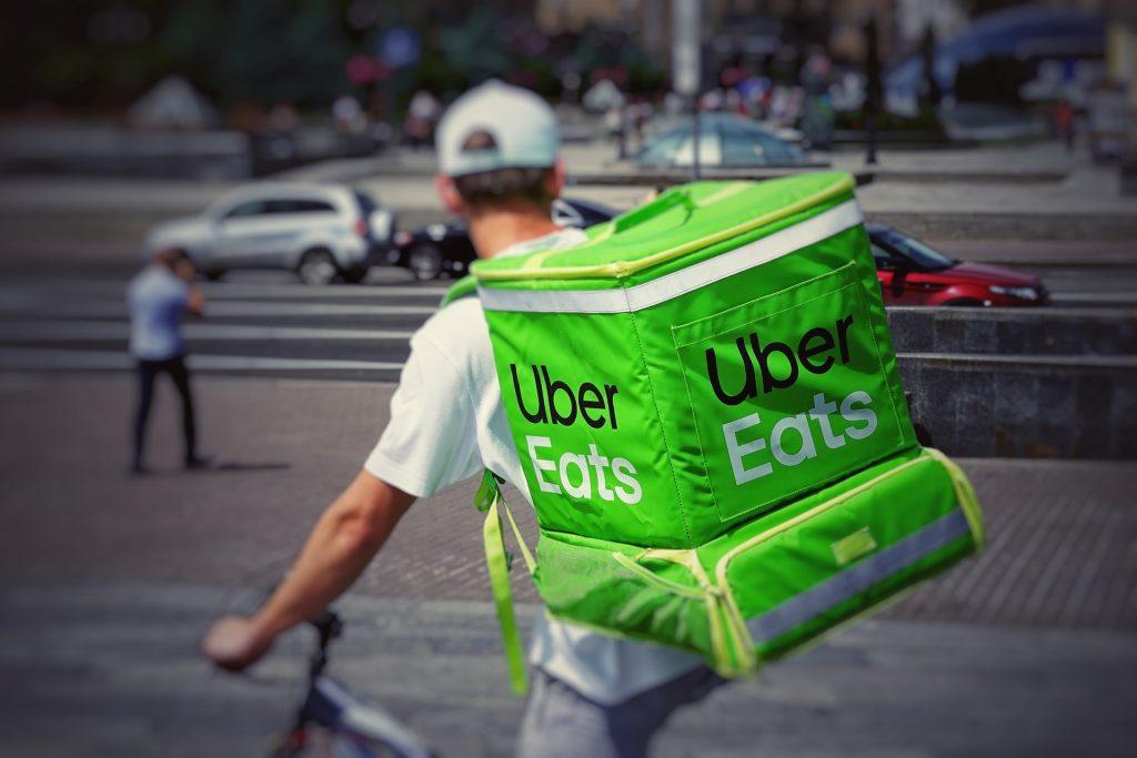 Uber u svetu nudi usluge dostave hrane; Foto Robert Anasch unsplash.com